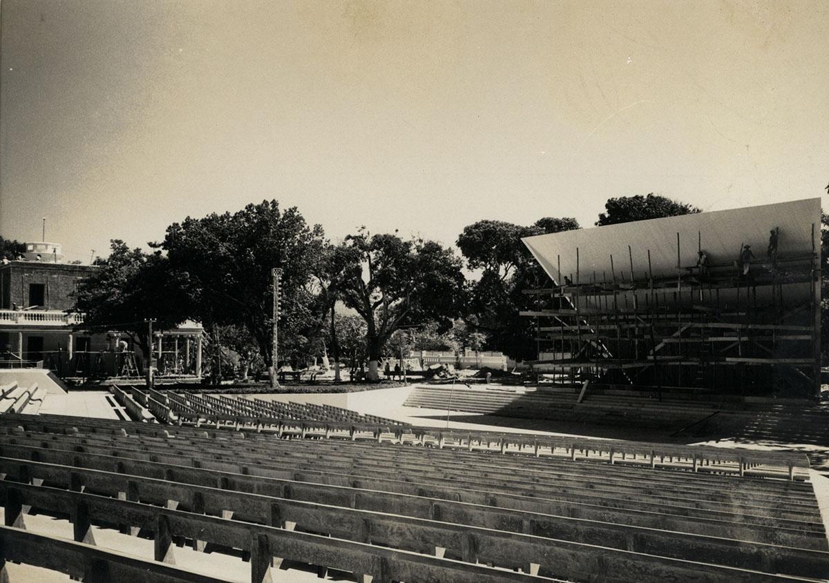 Construção da Concha Acústica, ou Auditório ao ar livre Antônio Martins Filho, circa 1958. Ao fundo é possível observar o prédio da Reitoria em reforma e expansão.
