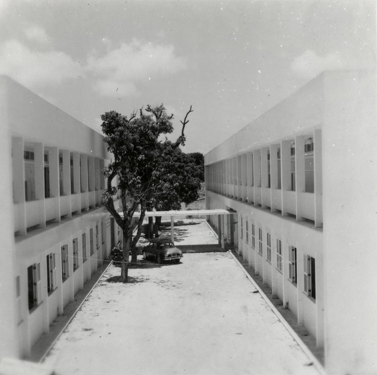 Prédio do Instituto de Química e Tecnologia, à esquerda; prédio do Instituto de Matemática, à direita, 1961.