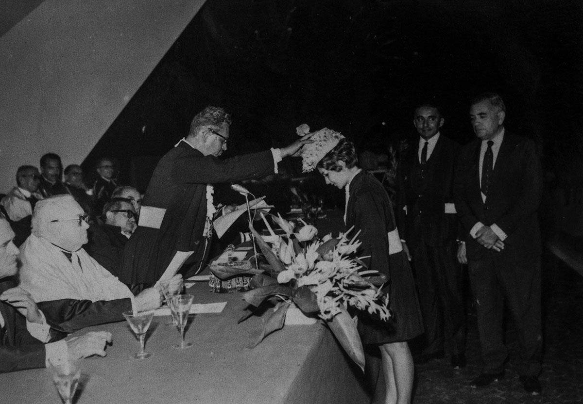Colação de Grau na Concha Acústica. Prof. Pe. Luz, ao centro, Diretor da Faculdade de Filosofia, Letras e Ciências, 1967.