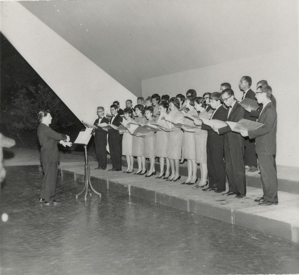 Apresentação do Madrigal de Brasília na Concha Acústica, 1963.