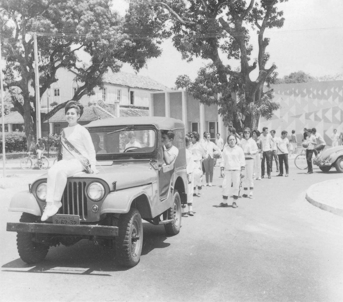 Abertura dos VII Jogos Universitários, 1965. Os Jogos Universitários eram precedidos por um desfile das equipes participantes pela cidade.