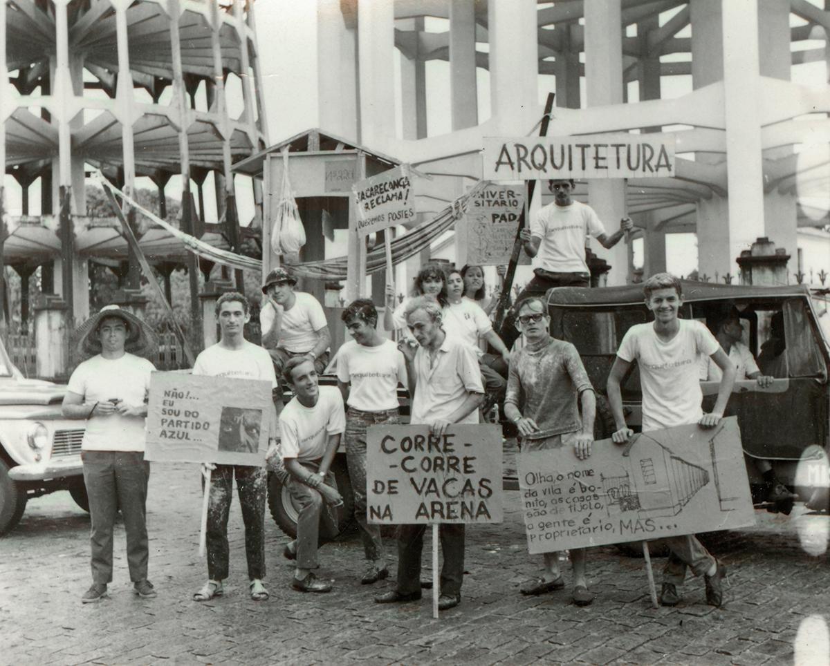 Passeata dos Bichos, 1966. Alunos do curso de Arquitetura.