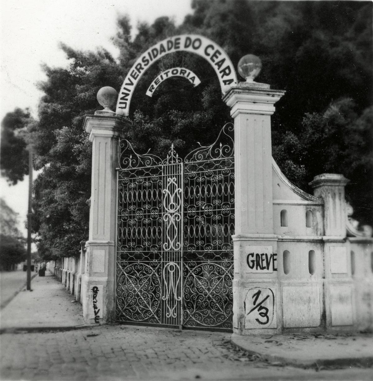 Portões da Reitoria, Greve do Terço, 1961.