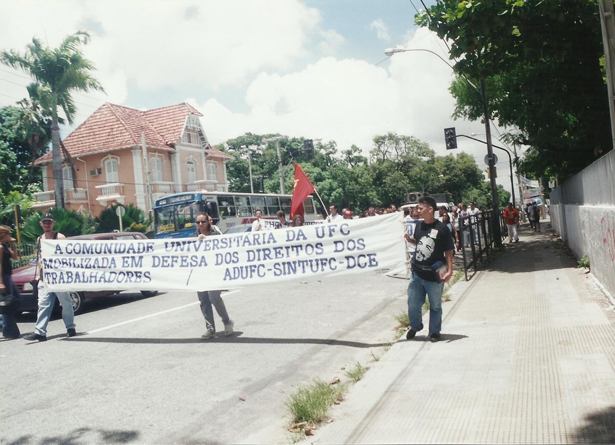 Av. da Universidade, Ato unificado DCE/ADUFC/SINTUFCe durante greve da Universidade, 2001.