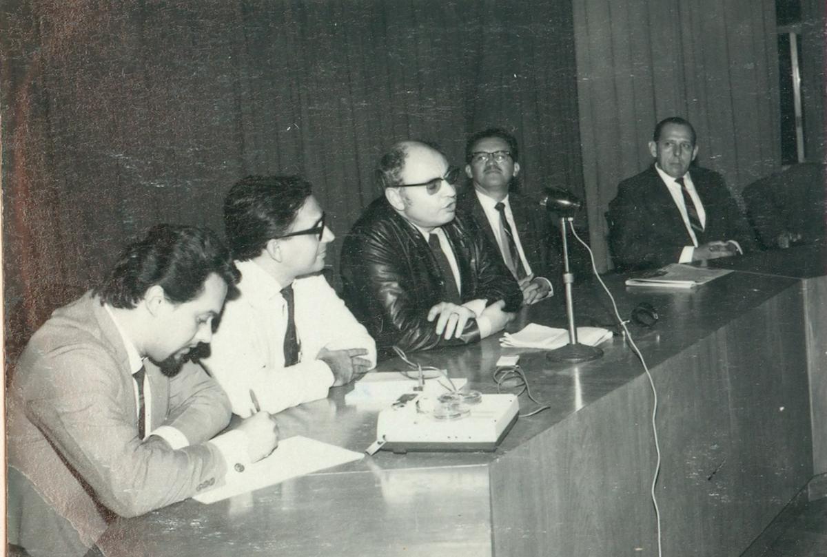 """Conferência de Edgar Morin na Faculdade de Direito, 1968. O título da conferência foi """"Aspectos da evolução científica do fenômeno cultural de massa""""."""